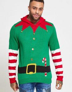 Skrikigt grön jultröja med polkagris nedstoppad i bältet.