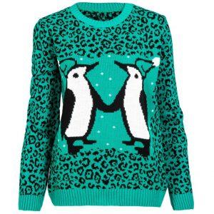 Julig tröja med det udda motivet av två pingviner som håller hand.